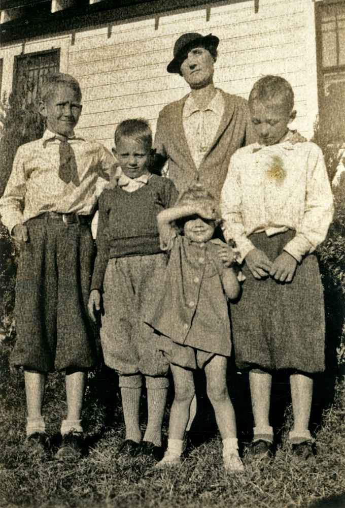 L-R: Buddy, unidentified, Vergie, Nina Ruth, Frederick